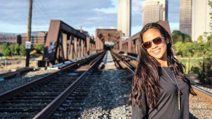 Caminar por fe como una mujer Biracial