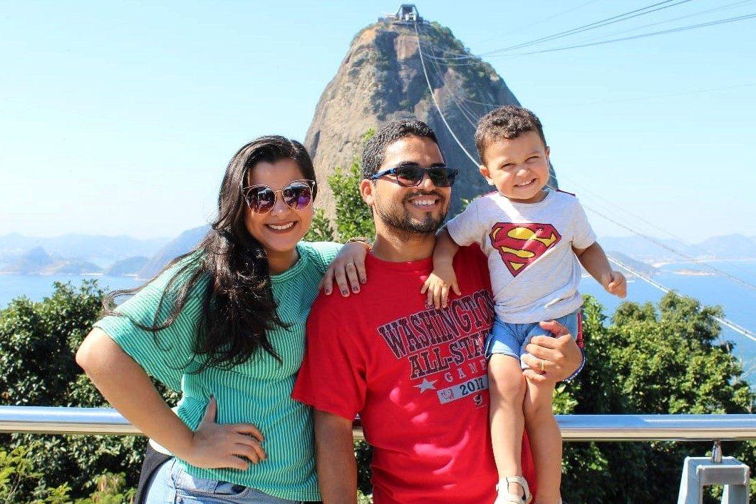 Emerson e Alana, com seu filho Benjamim, em frente ao pão de Açúcar.