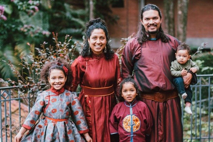 Com roupas típicas da Mongólia, Lucas e Juliana, com seus filhos, Flora, João e Marcos.