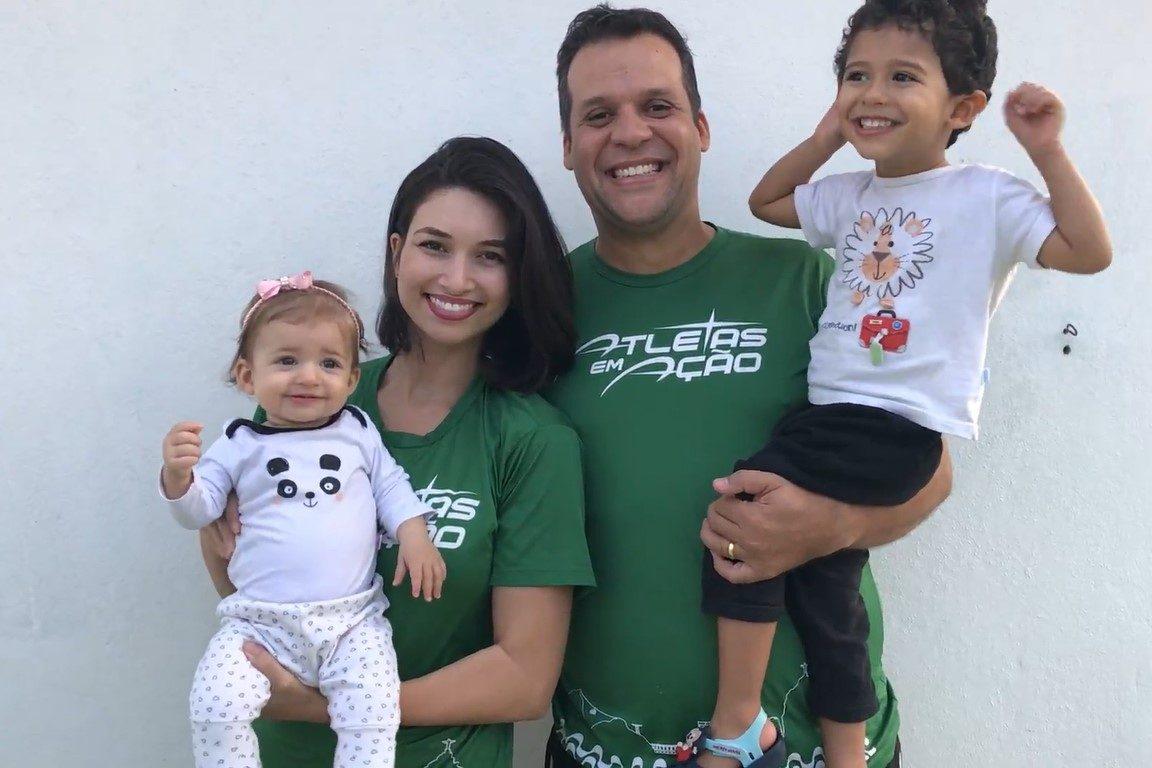 Raphael e Rafaela, com Lucas e a irmã, sorrindo