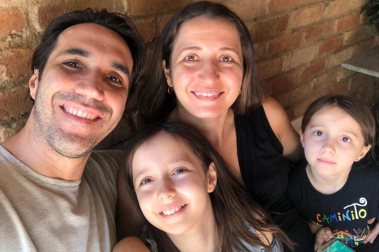 Wesley e Priscila, com as filhas Júlia e Mariana